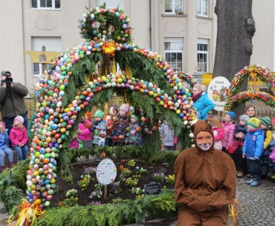 Osterbrunnen und Osterhase beim Osterbrunnenfest 2015
