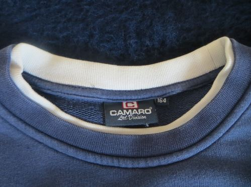 Der Kragen und die Größenbezeichnung des Pullovers der Marke Camaro