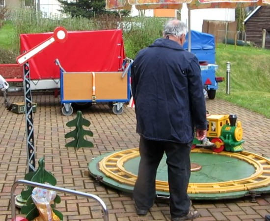 Für die Kinder eine kleine Eisenbahn.