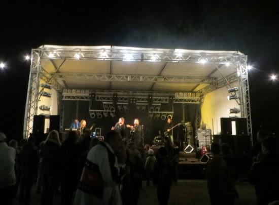 """Die Bühne mit der Rockband """"Just for Fun"""" , etwas später am Abend"""