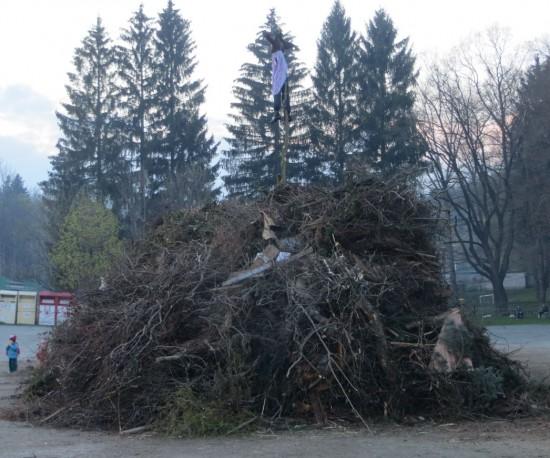Der Hexenfeuer Haufen mit Getrüpp Holz und Ästen