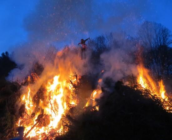 Das Hexenfeuer brennt.