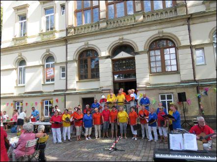 Der Stadtchor Thalheim beim Sommerfest in der Neukirchner Villa