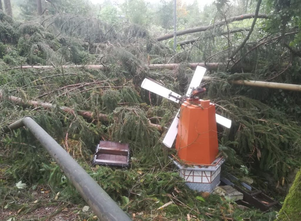Die Windmühle . Eine der durch den Tornado stark beschädigten Miniaturen auf der Rentnersruh.